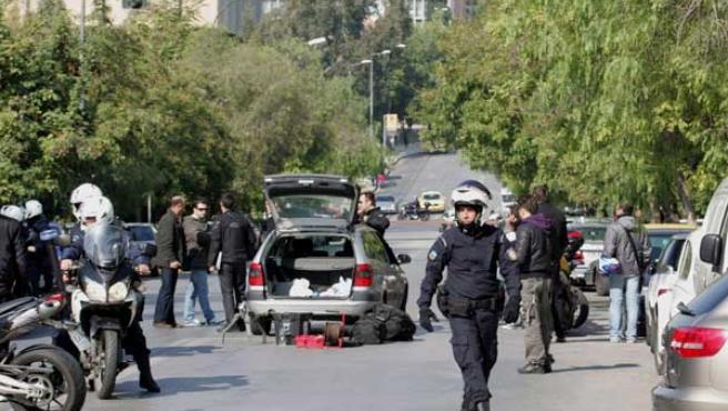 Policias aseguran los alrededores de la oficina de la compañía de mensajería privada Swiss Mail en Atenas.