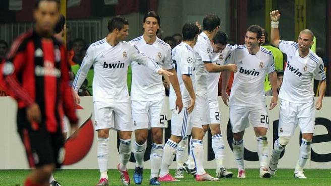 Los jugadores del Real Madrid celebran un gol en San Siro.