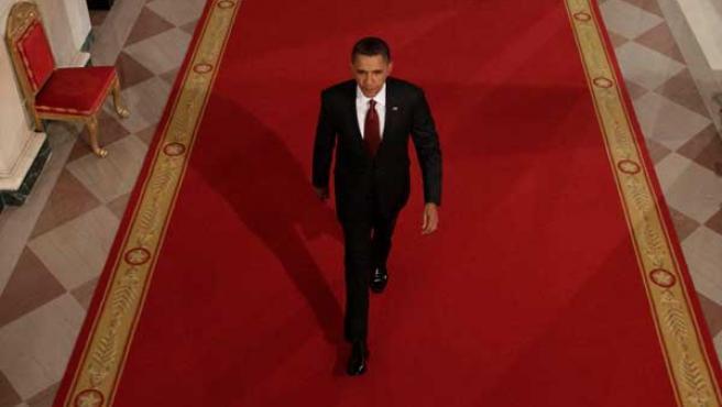 Obama se dirige a la Sala Este de la Casa Blanca para ofrecer una rueda de prensa en Washington.