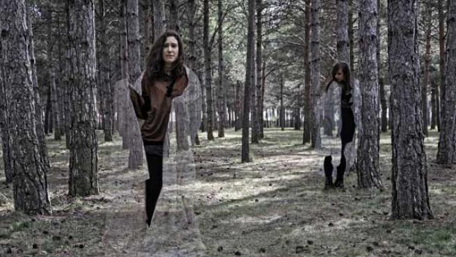 Una chica se pone una capa de invisibilidad.