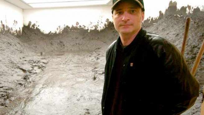 Santiago Sierra, con una de sus obras.