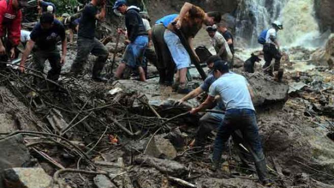 Miembros de la Cruz Roja costarricense trabajan tras un derrumbe en San Antonio de Escazú.