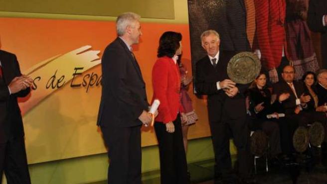 La ministra Rosa Aguilar otorga el Premio Alimentos de España 2009 a Jesús Mari