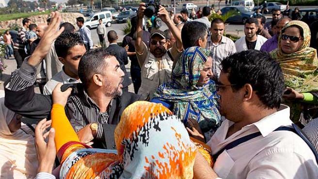 Abogados marroquíes increpan a varios saharauis a las puertas del Tribunal de Primera Instancia de Ain Sbaa (Casablanca).