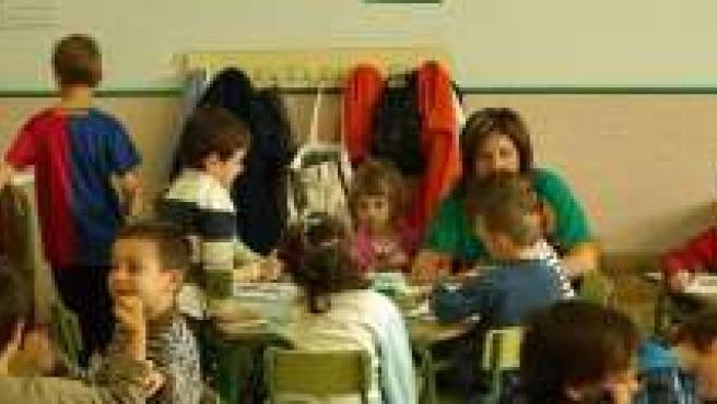 Aula repleta de niños en un colegio.