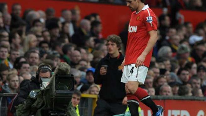 Owen Hargreaves, centrocampista del Manchester United, se retira lesionado en el partido ante el Wolverhampton.