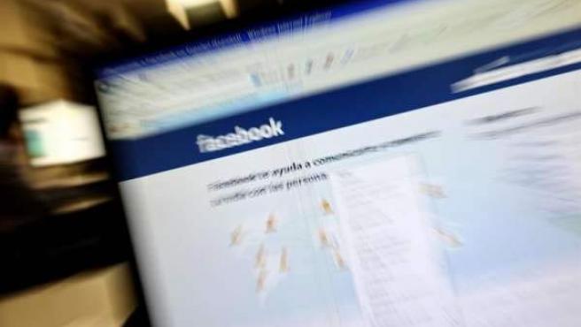 Pantalla de ordenador con la página de inicio de sesión de Facebook.