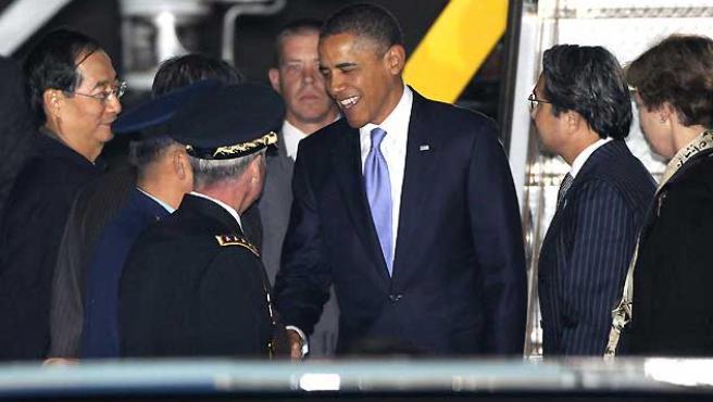 Barack Obama es recibido por varios oficiales a su llegada a Seúl.
