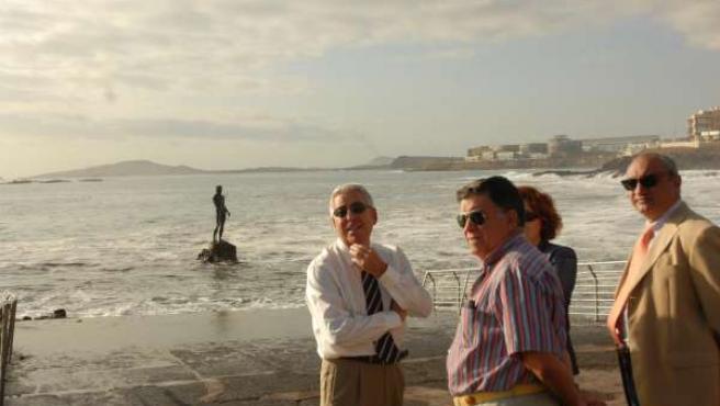 El alcalde de Telde, Francisco Santiago, a la izquierda, anuncia que el Ayuntami