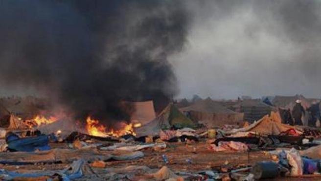 Quema de jaimas en el campamento saharaui de protesta de Gdaim Izik.