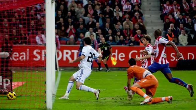Gonzalo Higuaín, delantero del Real Madrid, en el momento en el que marcó el gol de la victoria ante el Sporting.