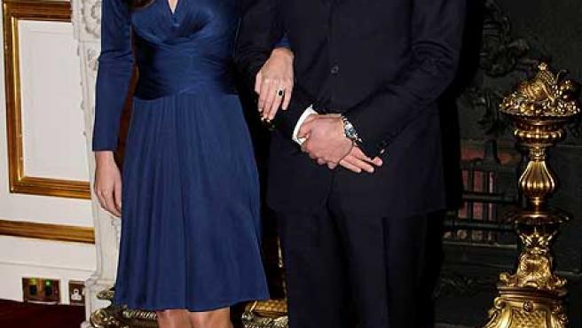El príncipe Guillermo de Inglaterra y Kate Middleton posan para los medios durante el acto en el que han anunciado su enlace matrimonial.