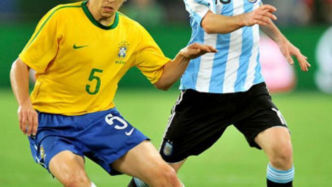 El jugador de la selección argentina Lionel Messi (d) lucha por el balón con el brasileño Lucas Levia (i).