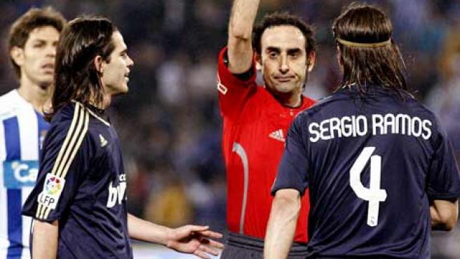 Iturralde enseña la tarjeta roja a Sergio Ramos.