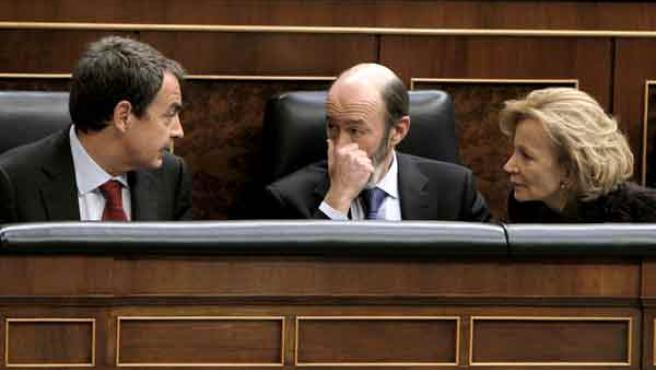 El presidente del Gobierno, José Luis Rodríguez Zapatero, conversa sus vicepresidentes Alfredo Pérez Rubalcaba y Elena Salgado