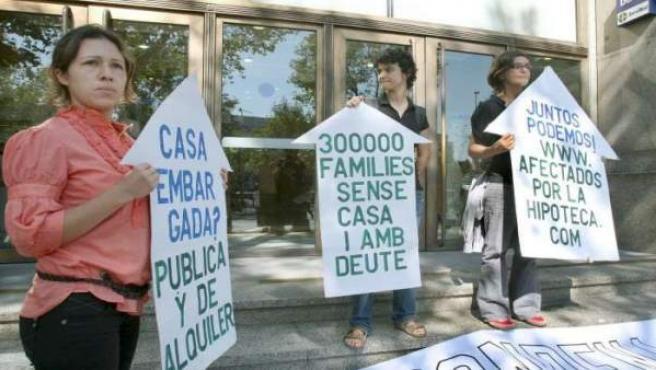 Miembros de la Plataforma de Afectados por la Hipoteca durante una protesta.
