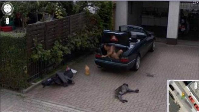 Un hombre desnudo en un maletero, visto en Google Street View.