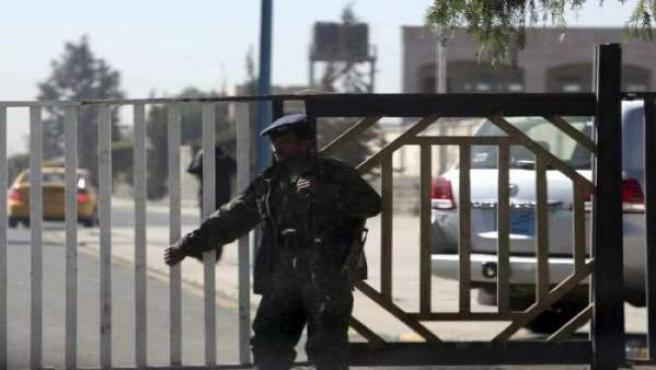 Un agente de seguridad yemení, en una de las puertas del Aeropuerto Internacional de Saná.