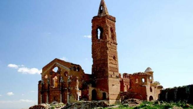 Los muros descascarillados, como los de la Iglesia, hablan de lo que ocurrió en Belchite.