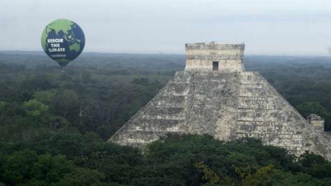Greenpeace mostró este domingo, al lado de la pirámide de Chichen Itzá, estado de Yucatán (México), un mensaje en el que hace un llamamiento a los delegados que asisten a la Cumbre del Clima en Cancún.
