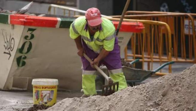 Un hombre trabaja en una obra.