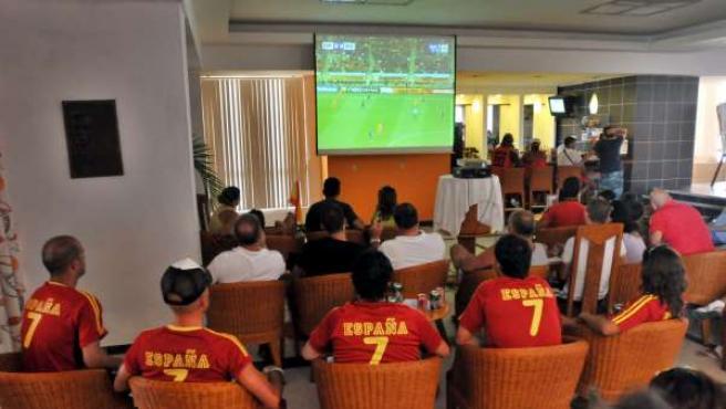 Un grupo de aficionados observa la retransmisión de un partido de la Selección Española.