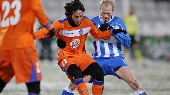 El jugador del Getafe Parejo disputa la pelota con Hans Henrik Andreasen (dcha.) del Odense danés.