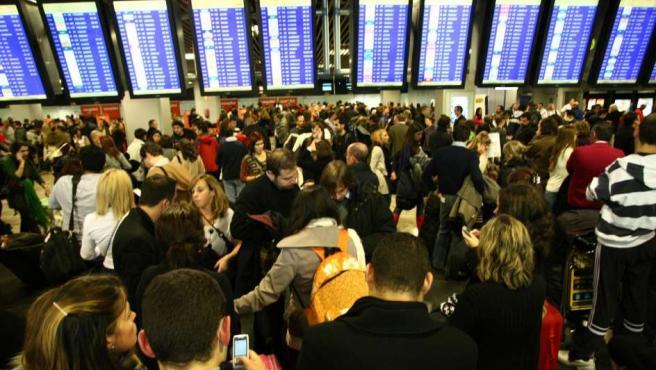 Imagen de varios pasajeros afectados por el caos aéreo en Barajas.