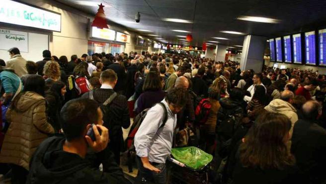 Pasajeros afectados por la cancelación de todos los vuelos en Barajas. (FOTO: JORGE PARIS).