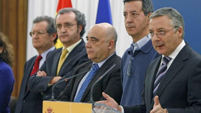 El ministro de Fomento, José Blanco (derecha), con el secretario de Estado de Defensa, Constantino Méndez (a su lado), y el presidente de AENA, Juan Ignacio Lema (izquierda),