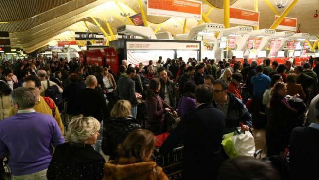 Centenares de viajeros afectados en Barajas (Madrid) por el paro de los controladors aéreos.