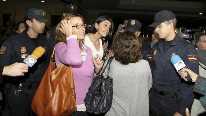 Varios controladores son protegidos por miembros de la Policia Nacional a su salida del Hotel Auditorium de Madrid, durante la jornada en la que provocaron el cierre del espacio aéreo español.