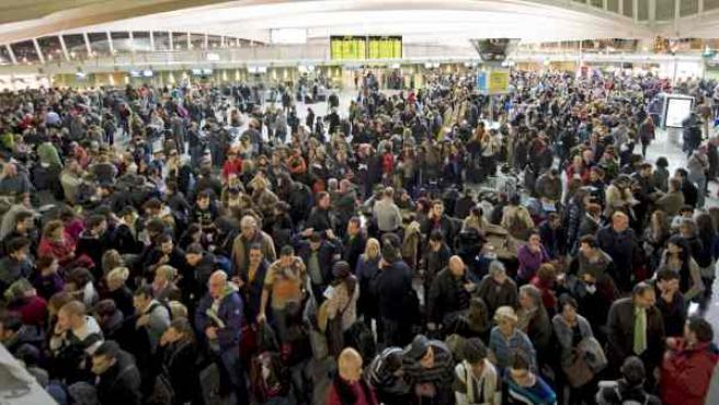 Gran número de personas esperan en el aeropuerto de Loiu (Vizcaya).