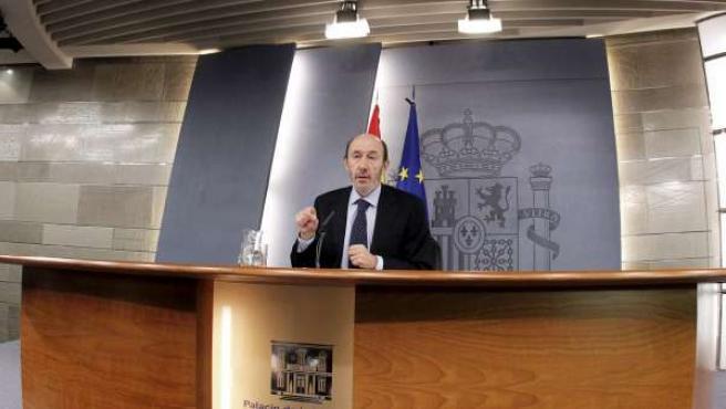 El vicepresidente primero del Ejecutivo, Alfredo Pérez Rubalcaba, durante la rueda de prensa en la que ha informado de que el Gobierno ha declarado, por primera vez en la historia de la democracia, el estado de alarma.