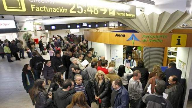 Gran número de personas ante el centro de información de AENA del aeropuerto de Sevilla.