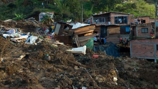 Organismos de rescate y vecinos del sector colaboran con la búsqueda y rescate de las víctimas que quedaron sepultadas por un deslizamiento de tierra en el municipio de Bello, Colombia.