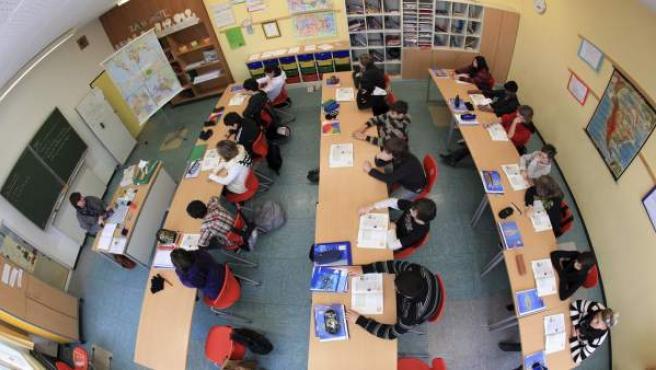 Grupo de alumnos en el aula de clases en una escuela de Arsnberg, Alemania.