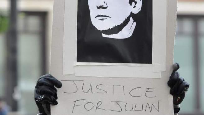 Un ciudadano pide justicia para el fundador de WikiLeaks, Julian Assange, en Londres. Assange permanecerá en prisión preventiva al menos hasta el 14 de diciembre.