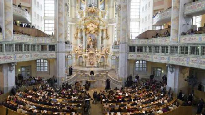 Un grupo de fieles asiste a un oficio religioso en la catedral de Dresde, Alemania.
