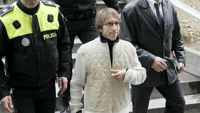 El ex atleta Alberto Garcia sale del Juzgado de Instrucción número 24 de Madrid, donde la titular del mismo ha tomado declaración a la mayoría de los catorce detenidos el pasado jueves en la 'operación Galgo'.