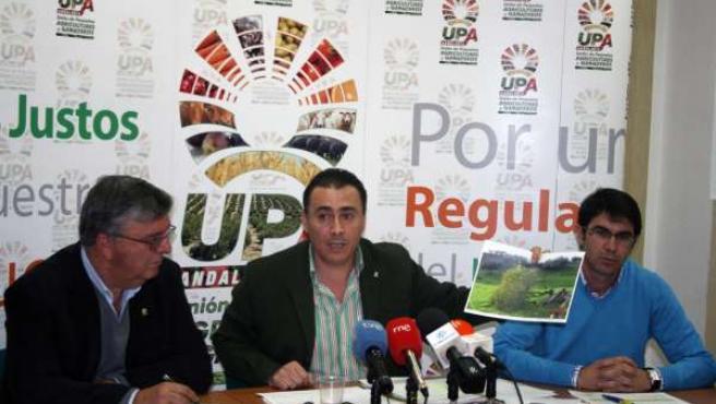 El secretario general de UPA-A, Agustín Rodríguez, explica los daños en el campo