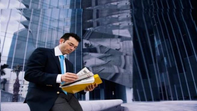 Un ejecutivo trabaja fuera de la oficina.