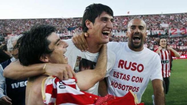 El capitán de Estudiantes de la Plata, Juan Sebastián Verón (d), y Rodrigo Braña (i) celebran la obtención del Torneo Apertura.