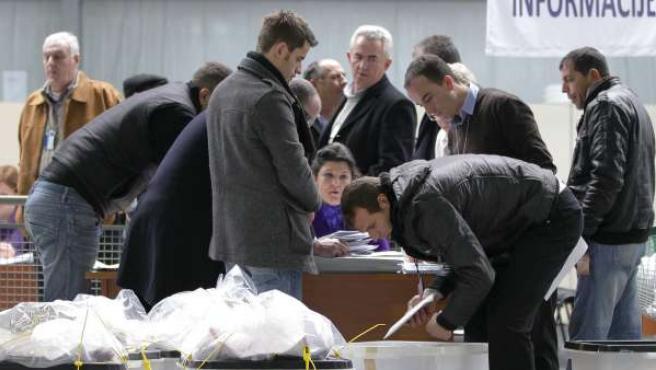 Recuento de votos en Pristina (Kosovo).