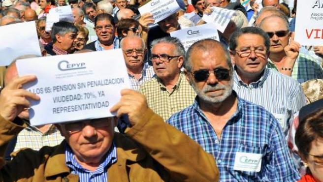 Protesta de pensionistas, viudas y prejubilados en Bilbao, en mayo de 2009.