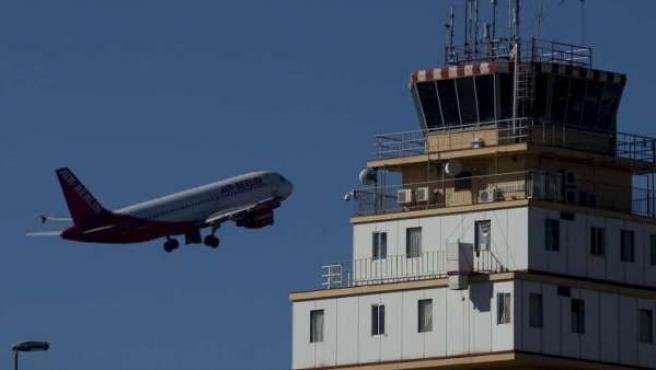 Un avión de Air Berlín despega del aeropuerto Tenerife Norte.