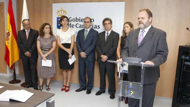 A la derecha, el consejero de Sanidad del Gobierno de Canarias, Fernando Bañolas