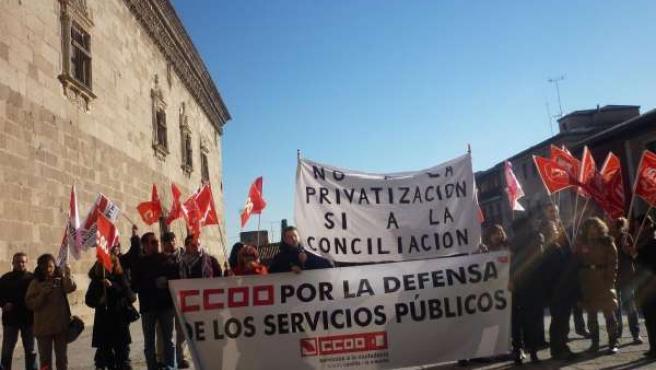 Manifestantes ante el Museo de Santa Cruz