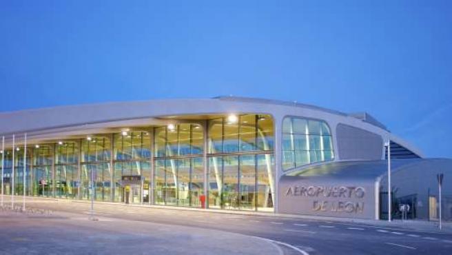 Fachada principal del Aeropuerto de León.