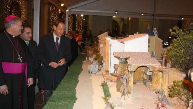 El alcalde junto al obispo en el Belén